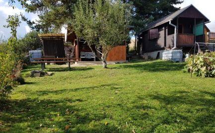 Záhradná chatka s dobrým pozemkom a parkovaním