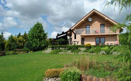 REZERVOVANÝ - Exkluzívne na Predaj nadštandardný, zariadený, tehlový rodinný dom v lukratívnej časti Nového Mesta nad Váhom - časť Záhumenice.