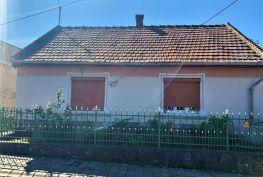MAĎARSKO - MONOK 3 IZBOVÝ RD V POVODNOM STAVE S VEĽKÝM POZEMKOM 1831 M2
