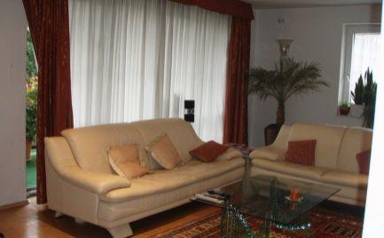 Ponúkame do prenájmu reprezentatívny – priestranný, luxusný 3-izbový byt s krbom a s terasou, ktorý sa nachádza v novšom tehlovom dome na Kramároch.