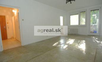 REZERVOVANÉ!!! Predaj,  priestranný  1. izb. (43,2 m2 +6,66 m2 loggia) s výbornou dispozíciou v tichom prostredí na ul. Beňovského, BA IV-  Dúbravka