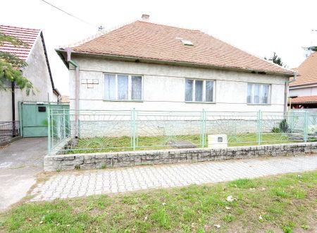Exkluzívne APEX reality 5i RD v centre obce Červeník, pôvodný stav, postavený 1968, podpivničený