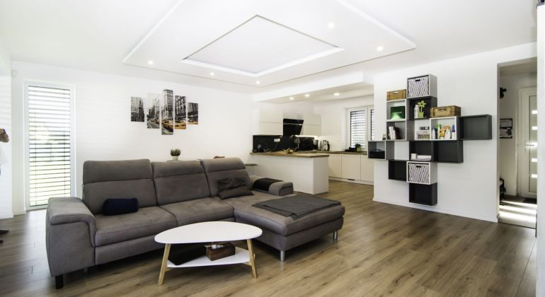 Realitná kancelária PEGAS REAL Vám ponúka na predaj kompletne zariadený priestranný 4 izbový bungalov v obci Malinovo.