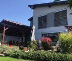 Nadštandardný 5-izbový rodinný dom s garážou, pozemok 663 m2 + prístrešok na autá, prekrytá terasa, záhradný domček, sauna / Kostolná - Záriečie