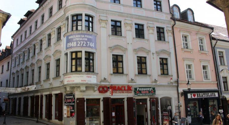 Prenájom obchodných priestorov v pasáži polyfunkčnej budovy v historickom centre mesta na Michalskej