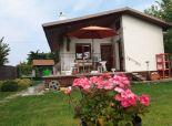 Chystáme na predaj príjemnú celoročne obyvateľnú záhradnú murovanú podpivničenú chatku s terasou,  na nádhernom 6,48á upravenom pozemku v Šamoríne