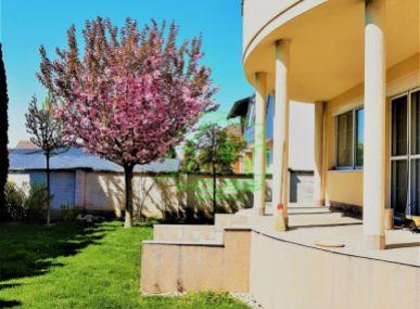 PRENÁJOM - Veľký rodinný dom so záhradou a s dvojgarážou.