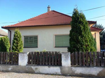 ** Na predaj murovaný rodinný dom 190 m2 na pozemku s rozlohou 1230 m2 - obec Čachtice **