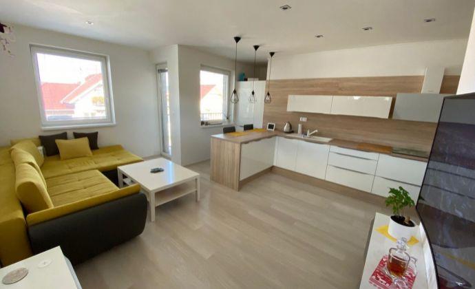 Nový, komplet zariadený 3 izb.byt s predzáhradkou a 2 park.miestami s možnosťou domácich zvierat