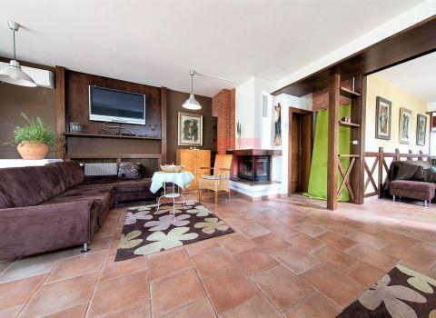Na predaj 6 izbový rodinný dom so 6 parkingami vo dvore v Rači
