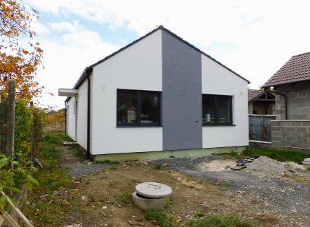 Na predaj holodom na 400 m² pozemku v Horných Orešanoch