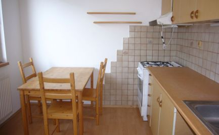 Ponúkame na predaj PRIESTRANNÝ 1-izbový byt na BUČINOVEJ ulici, lokalita Bratislava II.-Vrakuňa
