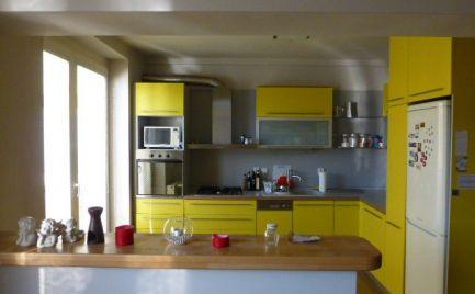 Útulný, kompletne zariadený a zrekonštruovaný 2i byt s loggiou a balkónom v širšom centra mesta.