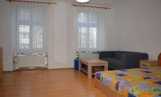 ODPORÚČAM: priestranný 1i byt v perfektnej lokalite Nového Mesta - Mestská ulica