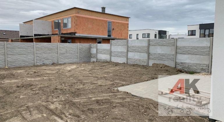 Poschodový 4i rodinný dom 120m2 v Rovinke len 3 km od BA za Billou, výhody 2x kúpeľňa veľký pozemok dostatok parkovacieho miesta