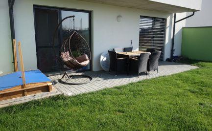 NOVOSTAVBA: 3-izbový byt (78 m2) s terasou a záhradou (89 m2) a vl. parkovacím miestom (12 m2) Trenčín-Zlatovce