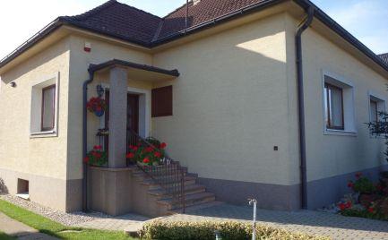 Pekný rodinný dom s garážou a 780 m2 pozemkom v Kostolnej-Záriečí
