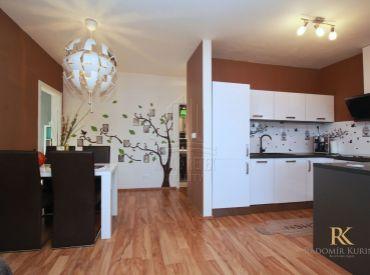 REZERVOVANÉ-Kompletne zariadený 3 izbový byt v novostavbe v obci Rovinka s krásnou záhradou a parkovacím státím