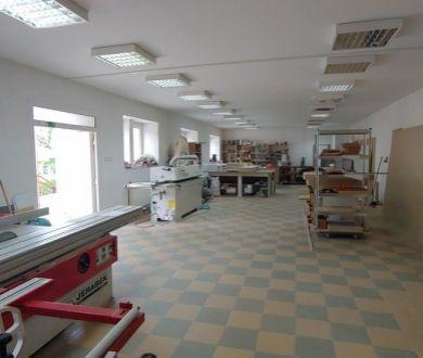 Ponúkame na predaj výrobno - skladový objekt v obci Lúky neďaleko Púchova.