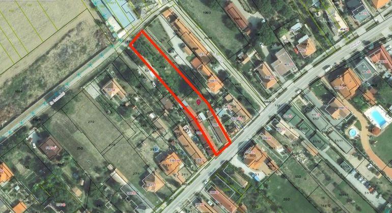 Veľký pozemok s rodinným domom v obci Podhájska