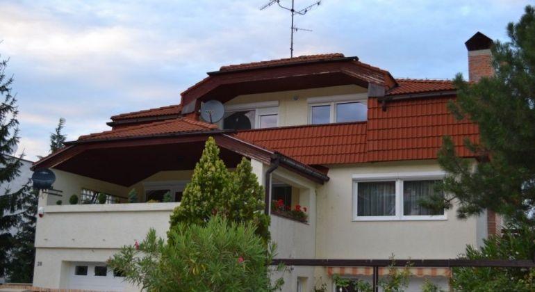 Prenájom - pekný, veľký 3 izbový byt v rodinnom dome so samostatným vchodom, krb, balkón Bratislava-Dúbravka, Bezekova ulica.