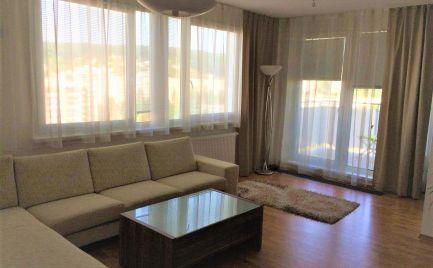 Ponúkame na nájom priestranný luxusný 4 izbový slnečný byt sparkovacím státím na Nám. svätého Františka, lokalita Karlova Ves.