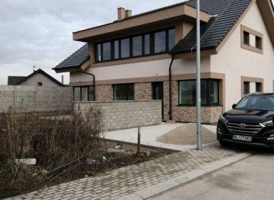 Moderná architektúra 5-izbového rodinného domu na okraji mesta s výbornou dostupnosťou