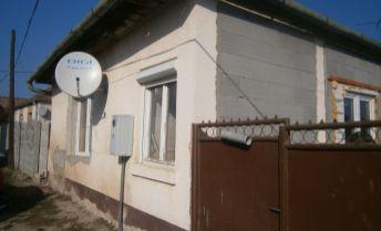 Priestranný čiastočne rekonštruovaný rodinný dom na predaj v obci Dubník.