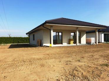 ** EXKLUZÍVNE ** Na predaj novostavba rodinného domu typu bungalov na pozemku o výmere 772 m2 - obec Beckov