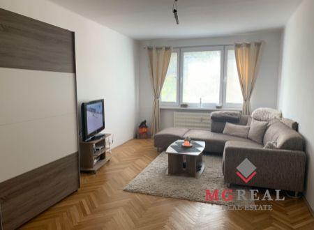 2 izbový veľkometrážny byt s balkónom na predaj v Partizánskom!