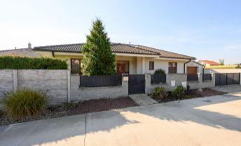 4 izbový bungalov s bazénom, Malinovo, vrátane zariadenia, kúpou voľný