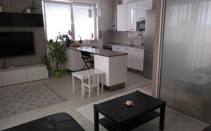 NA PREDAJ nadštandardne zariadený 2,5-izbový byt v modernej novostavbe v súkromnom areáli.