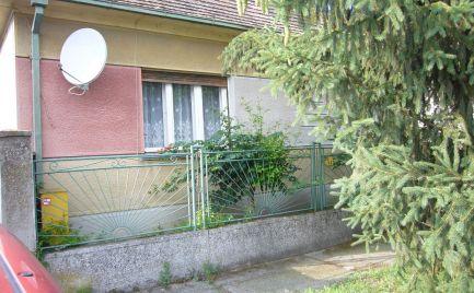 Ponúkame na predaj 3-izbový rodinný dom na 12,44 á pozemku v obci Čakany, 20 km od Bratislavy.