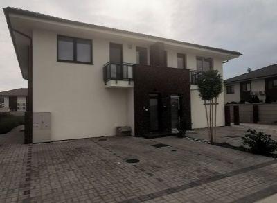 Výborný prízemný 3-izbový byt zhotovený na kľúč s kuchynskou linkou a záhradou na pozemku 476m2