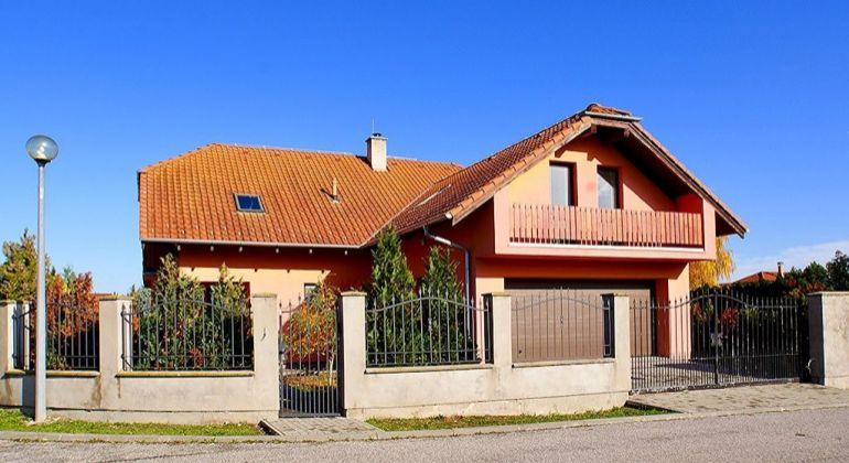 Dvojpodlažný 6-izbový rodinný dom s dvojgarážou- Hamuliakovo