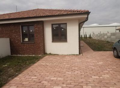 Kvalitný 4-izbový bungalov zhotovený na kľúč s kuchynskou linkou a oplotením