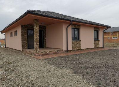 Priestranný 4-izbový bungalov s pozemkom 800m2 dokončený na kľúč v peknom prostredí obce
