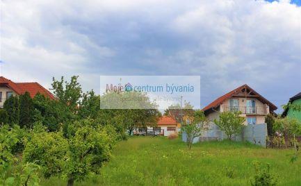 Rozľahlý slnečný 10 á rovinatý pozemok s IS vhodný na stavbu aj dvoch rodinných domov; vhodné aj na investíciu!