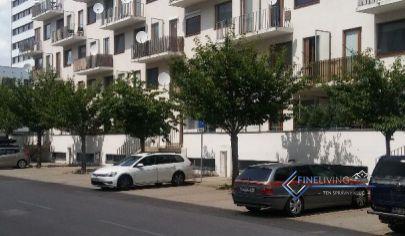 Garsonka v novostavbe s balkónom + garážové státie v cene