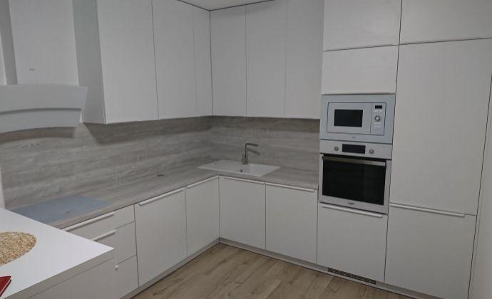 PRENÁJOM - zariadený 2 izbový byt v centre mesta s garážovým státim