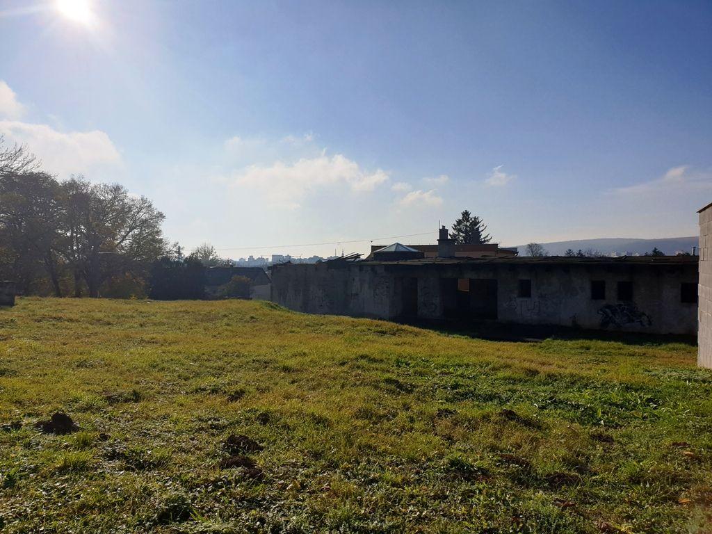 ** Na predaj rozostavaný polyfunkčný objekt s pozemkom o výmere 2500 m2 - Nové Mesto n/V **