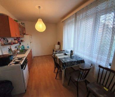 Exkluzívne iba u nás. Ponúkame na predaj 2 izbový byt s garážou na sídlisku Lány, 56 m2.