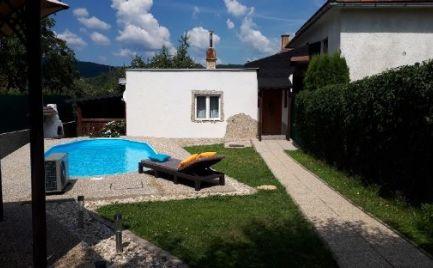 Na predaj menší rodinný dom s bazénom a garážou