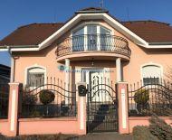 Diamond Home s.r.o. Vám ponúka na predaj krásny poschodový 4 izbový rodinný dom vo veľmi vyhladanej lokalite v Dun. Strede