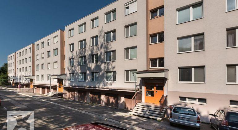 REZERVOVANÉ - Predaj 4 izb. bytu sveľkou loggiou vtichom prostredí Dúbravky – Bazovského ul.
