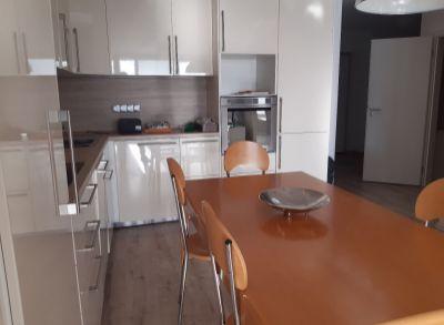 Classic real ponúka na prenájom nový 3 izbový byt priamo na Dulovom námestí s garážou a terasou.