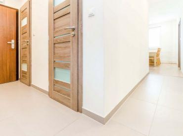 3i byt, 85.5m2 – Senec: nízkopodlažná bytovka, ZARIADENÝ, PRIESTRANNÝ, PARKOVANIE pred bytovkou, 2 BALKÓNY