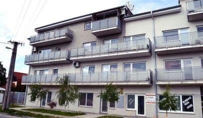 Priestraný klimatizovaný 3 izbový byt s dvoma balkónmi a parkovacím státim