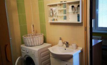 TOP PONUKA!! 2 izbový byt s dvomi šatníkmi vo vyhľadávanej časti mesta - CHRENOVÁ! S výhľadom na dominanty Nitry!
