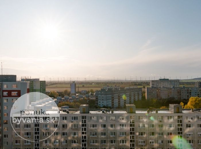 PREDANÉ - ZNIEVSKA, 2-i byt, 43 m2 - VÝHĽAD NA RAKÚSKE PLÁNE, bezproblémové parkovanie, CHORVÁTSKE RAMENO